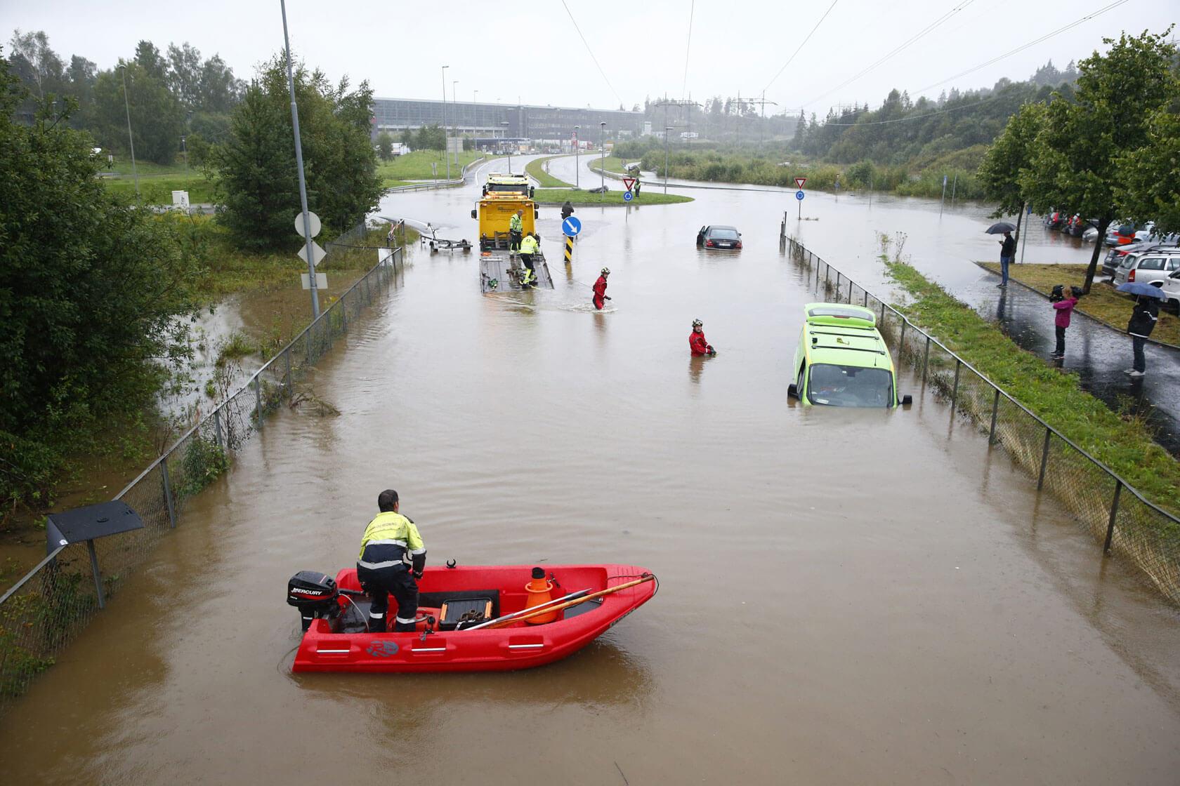 En rekke biler havnet under vann på parkeringsplassen til Lørenskog stasjon i 2015. Et kraftig regnfall ga store mengder overvann mange steder. Foto: Håkon Mosvold Larsen / NTB