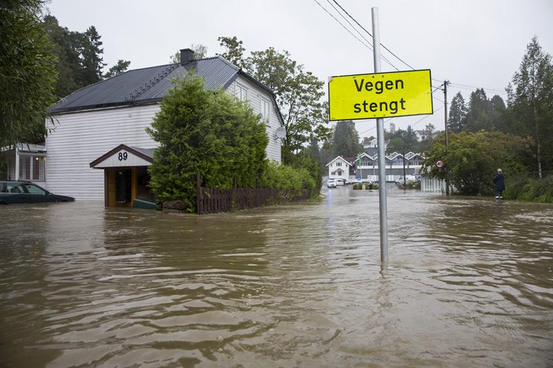 Flere hus i Røyken sentrum ble evakuert etter at elven gikk langt over sine bredder i 2015. Foto: Tore Meek / NTB